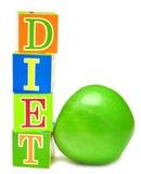 Manzana y cubos verdes con las cartas - dieta Imagen de archivo