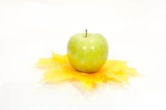 Manzana y hojas del otoño   Foto de archivo