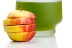 Manzana y jugo rojos cortados Foto de archivo libre de regalías