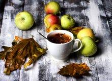 Manzana y lluvia del té de la tabla Fotografía de archivo libre de regalías