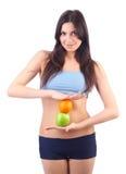 Manzana y naranja del asimiento de la mujer joven. Aislado Foto de archivo