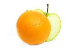 Manzana y naranja verdes Imagen de archivo libre de regalías