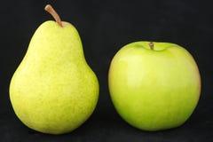 Manzana y pera verdes Foto de archivo libre de regalías