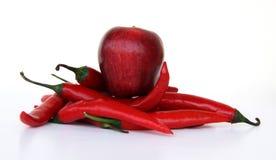 Manzana y pimienta rojas imagen de archivo