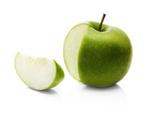 Manzana y rebanada verdes imágenes de archivo libres de regalías