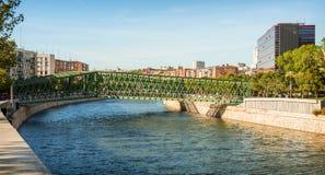 Manzanares rzeka i most w Madryt, Hiszpania Obraz Royalty Free