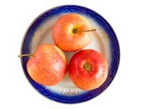 Manzanas aisladas en la placa Imagenes de archivo