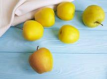 Manzanas amarillas en un de madera Foto de archivo libre de regalías