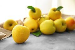 Manzanas amarillas maduras Fotos de archivo
