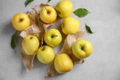 Manzanas amarillas maduras Fotos de archivo libres de regalías