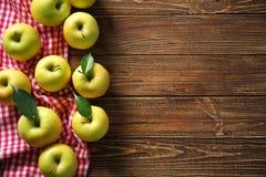 Manzanas amarillas maduras Foto de archivo libre de regalías