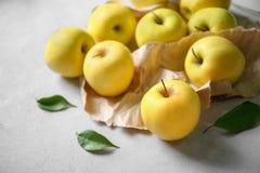 Manzanas amarillas maduras Foto de archivo