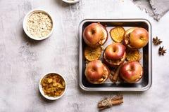 Manzanas cocidas con el granola, visión superior foto de archivo