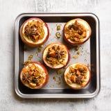 Manzanas cocidas con el granola, visión superior imagenes de archivo