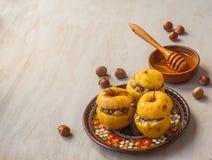 Manzanas cocidas con la pasa, las semillas de amapola, el arroz y la miel Imagen de archivo libre de regalías