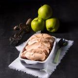 Manzanas cocidas con las nueces y el merengue Fotos de archivo libres de regalías