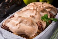 Manzanas cocidas con las nueces y el merengue Imagen de archivo libre de regalías