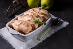 Manzanas cocidas con las nueces y el merengue Foto de archivo libre de regalías