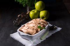 Manzanas cocidas con las nueces y el merengue Fotografía de archivo libre de regalías