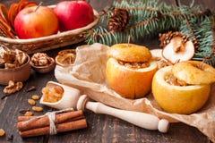 Manzanas cocidas con las pasas y las nueces Imágenes de archivo libres de regalías
