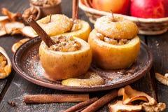 Manzanas cocidas con las pasas y las nueces Fotografía de archivo