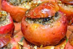 Manzanas cocidas llenadas de las gachas de avena del alforfón fotos de archivo