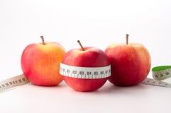 Manzanas con la cinta de la medida Fotografía de archivo