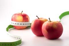 Manzanas con la cinta de la medida Fotos de archivo