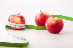 Manzanas con la cinta de la medida Imágenes de archivo libres de regalías