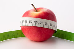 Manzanas con la cinta de la medida Foto de archivo libre de regalías