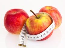 Manzanas con la cinta de medición Imágenes de archivo libres de regalías
