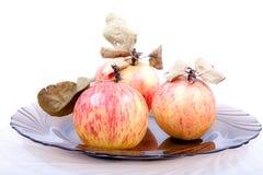 Manzanas con las hojas secas Imagen de archivo