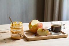 Manzanas con mantequilla de cacahuete fotos de archivo