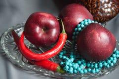 Manzanas con pimientas de chile candentes Fotografía de archivo