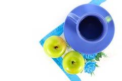 Manzanas con una taza de té Imagen de archivo libre de regalías