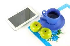 Manzanas con una taza de té Fotos de archivo libres de regalías