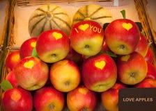 Manzanas de amor en venta Forma del corazón en las manzanas imagenes de archivo