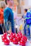 Manzanas de caramelo en venta en un mercado de la Navidad Foto de archivo libre de regalías