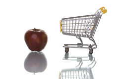 Manzanas de compra en el supermercado fotografía de archivo libre de regalías