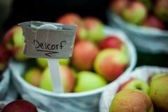 Manzanas de Delcorf para la venta en el mercado el sábado soleado hermoso imágenes de archivo libres de regalías