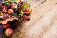 Manzanas de la acción de gracias, conos y centro de flores azul Fotografía de archivo libre de regalías
