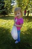 Manzanas de la cosecha de la niña Fotografía de archivo libre de regalías