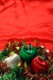 Manzanas de la Navidad en el paño rojo Fotografía de archivo