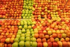 Manzanas de la tienda de comestibles Fotos de archivo