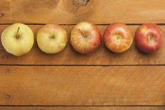 Manzanas de mesa en la madera Foto de archivo libre de regalías