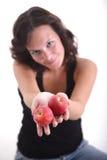 Manzanas de ofrecimiento de la muchacha Fotos de archivo libres de regalías