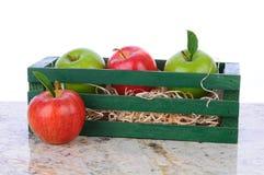 Manzanas de Smith de la gala y de abuelita en el rectángulo de madera Fotos de archivo libres de regalías