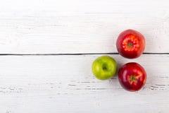 Manzanas del árbol en una superficie de madera blanca Fotos de archivo