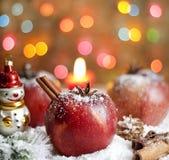 Manzanas del alimento de la Navidad en nieve Imágenes de archivo libres de regalías