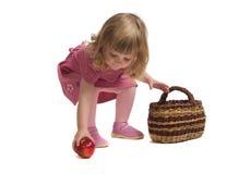 Manzanas del frunce de la niña. Fotografía de archivo